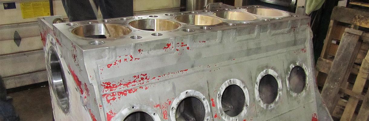 Reparación de bombas de fracking en progreso en la tienda de máquinas de Rutt