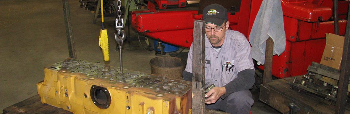 Una reparación de motor en progreso en Maquinas Rutt, Inc.