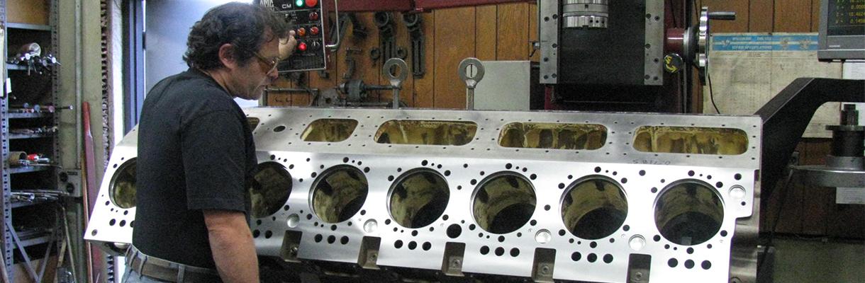 Un bloque de cilindros siendo reconstruido por Maquinas Rutt, Inc.